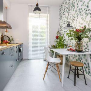 Mała jadalnia w bloku połączona z kuchnią. Projekt: Małgorzata Kasperek, Decoroom. Fot. Pion Poziom Marta Behling