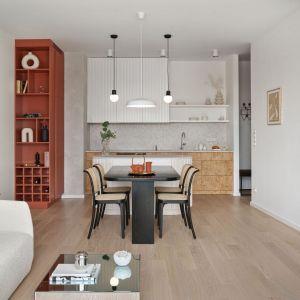 Mała jadalnia w bloku połączona z salonem i kuchnią. Projekt: Studio Inbalance. Fot. Tom Kurek. Mat. prasowe Cosentino