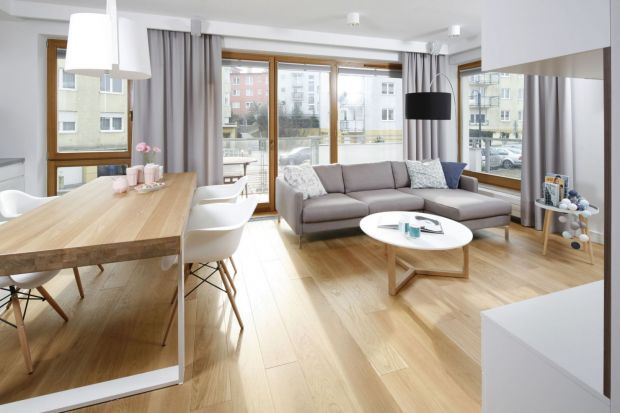 Zobaczcie pięć pięknych, nowoczesnych salonów, w których okno zdobią zasłony. Jest modnie i stylowo!