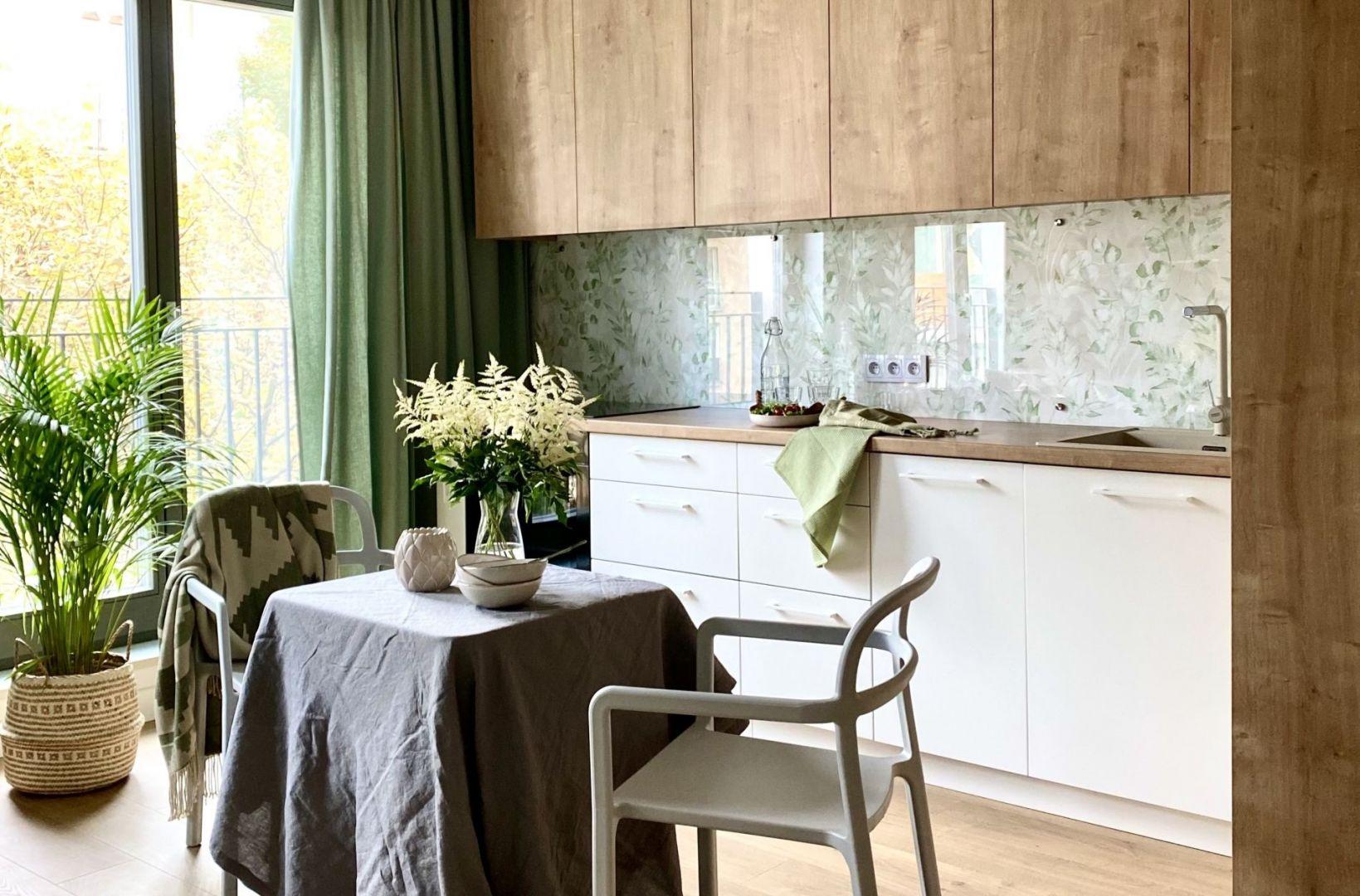 Kuchnia otwarta na salon. Projekt Zuzanna Kuc, pracownia ZU Projektuje