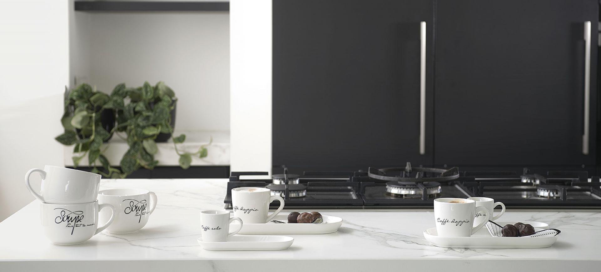 Porcelanowa zastawa Happy od Riviera Maison do kupienia w Miloo Home. Fot. Miloo Home / Riviera Maison