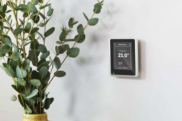 Instalacje fotowoltaiczne dostarczające prądu na własne potrzeby stają się powszechne na dachach polskich domów. Gdy jednak produkowana przez nie energia elektryczna poza zasilaniem urządzeń ma posłużyć do ogrzewania, paneli fotowoltaicznych po