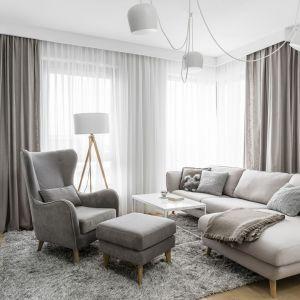 Białe oświetlenie w jasnym salonie. Projekt i zdjęcia: Studio Maka