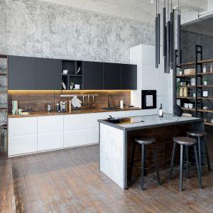 Propozycja numer dwa: przestronna kuchnia w szarościach i graficie. Tu inspiracją były barwy kojarzące się z ulicą, halą fabryczną, betonem. Fot. Ferro