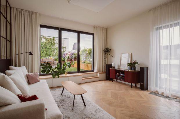 Projekt mieszkania na warszawskim Wilanowie to niezbity dowód na to, że dobry architekt podoła każdemu wyzwaniu. Maja Dembowska skomponowała niezwykłą, niejednorodną stylistycznie aranżację, która jednocześnie zachwyca spójnością i harmoni�