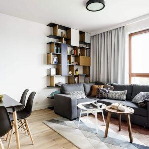 Dwa okrągłe stoliki kawowe w salonie: Projekt: Magdalena Bielicka, Maria Zrzelska-Pawlak, pracownia Magma. Fot. Fotomohito