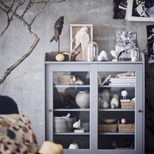 Wybierzmy rozwiązania całkowicie otwarte lub z przeszkolonymi drzwiami jak w przypadku witryny Huga, która pomieści każdą kolekcję i może powiększać się razem z nią. Fot. IKEA