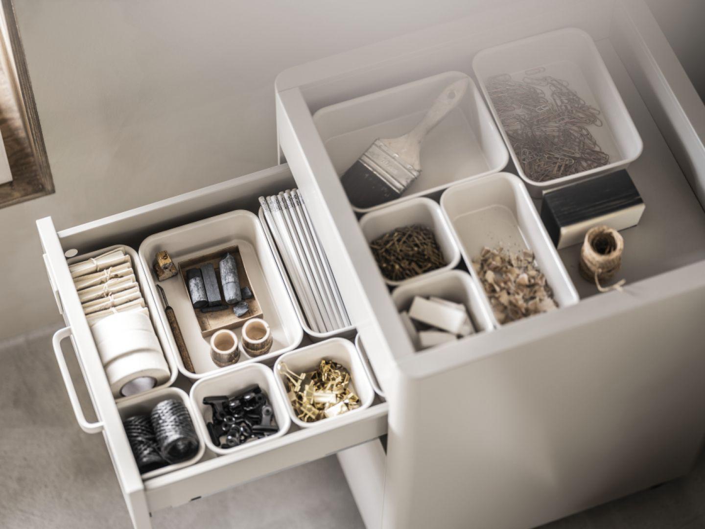 Z pomocą w utrzymaniu porządku w domu przychodzą pudełka i organizery, które łatwo dopasujemy do przestrzeni w szafie lub szufladzie. Fot. IKEA