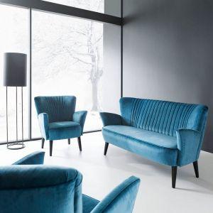 Sofa Coco i  fotel z tej samej kolekcji. Ciekawa forma nawiązująca do stylu vintage i możliwość wyboru różnych kolorów obicia. Cena: od 3749 zł - sofa, od 1849 zł - fotel. Producent: Aris Concept