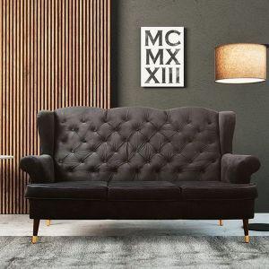 Sofa Venice, w stylu retro. Pikowane oparcie z charakterystycznymi guzikami oraz zaokrąglony kształt podłokietników. Cena: od 2311 zł. Producent: Puszman