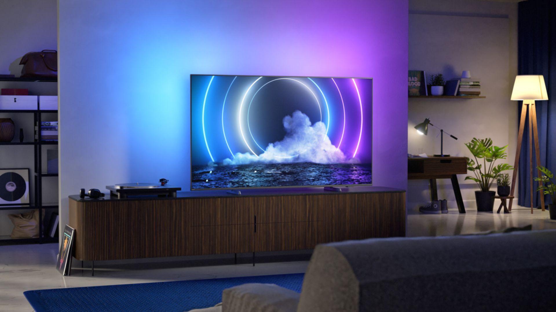 Cechą wspólną urządzeń jest doskonała jakość obrazu i dźwięku, europejskie wzornictwo charakteryzujące się minimalistycznymi i eleganckimi liniami, podświetlenie Ambilight oraz najnowszy system operacyjny Android TV 10 dla jeszcze lepszych wrażeń podczas seansów. Fot. Philips