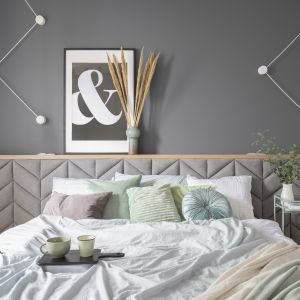 Pomysł na wąską i małą sypialnię w bloku. Projekt: Zu Projektuje. Fot. Pion Poziom