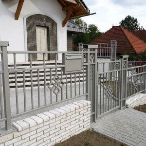W ostatnim czasie dominowały zdecydowanie ogrodzenia metalowe w kolorze antracytowym. Fot. Plast-Met Systemy Ogrodzeniowe