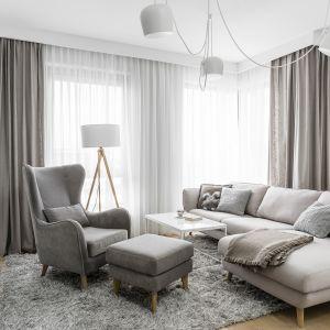 Dywany i zasłony w jasnym kolorze, które pojawią się w salonie, dodadzą wnętrzu przytulności. Projekt Studio Maka