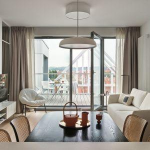 W pomieszczeniach, gdzie przeważa jasna kolorystyka, drewno prezentuje się także doskonale na podłodze. Projekt Studio Inbalance Fot. Tom Kurek