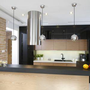 Czarna kuchnia z drewnem. Projekt Małgorzata Mazur. Fot. Bartosz Jarosz