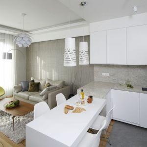Mały salon w bloku połączony z małą jadalnią i aneksem kuchennym. Projekt: Agnieszka Hajdas-Obajtek. Fot. Bartosz Jarosz