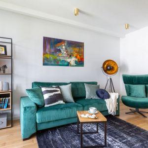 Pomysł na ustawienie mebli wypoczynkowych w małym salonie w bloku - kanapa zestawiona z obrotowym fotelem. Projekt: Decoroom. Zdjęcia i stylizacja: Marta Behling Pion Poziom Fotografia Wnętrz
