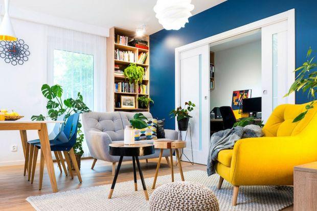 Jak urządzić pokój dzienny na małym metrażu? Taki salon musi często pełni dużo różnych funkcji - jadalni, pokoju do pracy, a nawet sypialni. Gotowe pomysły na aranżację małego salonu znajdziesz na naszych zdjęciach.
