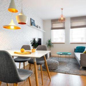 Pomysł na mały salon w bloku połączony z wygodną jadalnią. Projekt: Krystyna Dziewanowska. Fot. Mateusz Torbus, 7TH IDEA