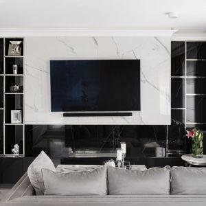 Ścianę za telewizorem zdobi rysunek marmuru. Projekt Magdalena Miśkiewicz, Fot. Łukasz Zandecki
