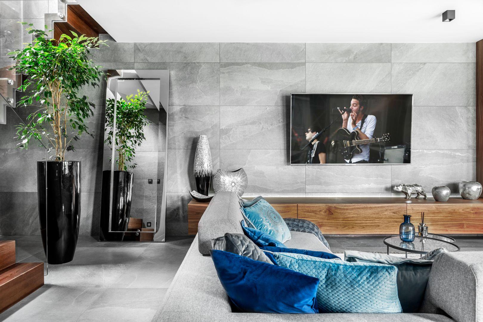 Ścianę za telewizorem zdobią szare płytki ceramiczne. Projekt Agnieszka Morawiec. Fot. Dekorialove