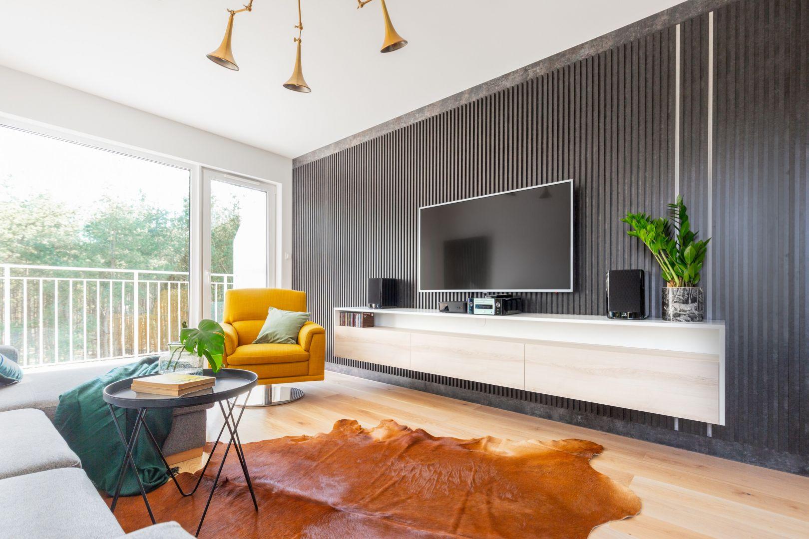Ścianę za telewizorem zdobią dekoracyjne panele. Projekt gama design współ Joanna Rej fot Pion Poziom