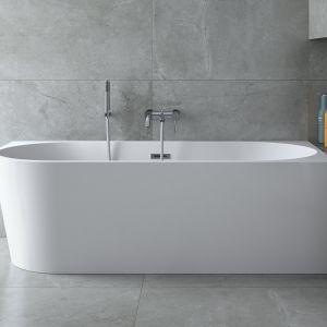 Wanna Zoya marki Besco, tutaj w wersji wolnostojącej, ale przyściennej. To sposób, by cieszyć się kąpielą w pięknej wannie nawet w niewielkiej łazience. Fot. Besco