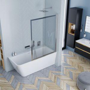 Wanna wolnostojąca narożna Lila 2.0. marki Excellent, tutaj w wersji z parawanem, daje możliwość i kąpieli, i szybkiego prysznica. Fot. Excellent
