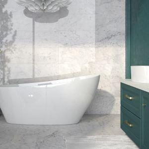 Złoto to bardzo modny trend w aranżacji współczesnych łazienek. Na zdjęciu wanna wolnostojąca Keya, złota bateria wolnostojąca Illusion, umywalka nablatowa Uniqa, bateria umywalkowa wysoka Illusion. Fot. Besco