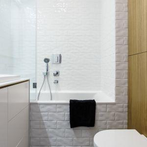 Wanna z parawanem to pomysł do bardzo małej łazienki w bloku. Projekt: Magdalena Bielicka, Maria Zrzelska-Pawlak, pracownia Magma. Fot. Fotomohito