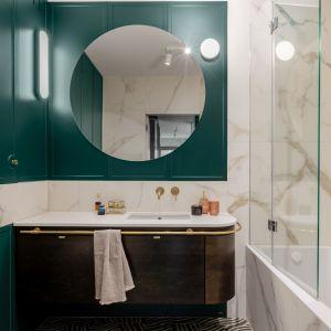 Marmur na ścianie, modna butelkowa zieleń i okrągłe lustro  - modna, a jednocześnie bardzo wygodna łazienka. Projekt: Finchstudio. Stylizacja i fot. Aleksandra Dermont
