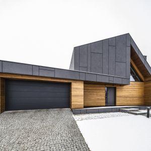 Wszystkie te elementy – zarówno podstawowe, związane z budową, termoizolacją i nowoczesnymi systemami ogrzewania, jak i dodatkowe, jak np. termoizolacyjne progi i ocieplone bramy – mają wpływ na to, czy nasz dom będzie energooszczędny. Fot. Beczak & Beczak