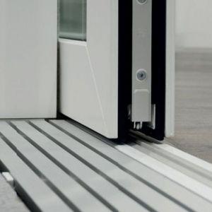 Przykładem nowoczesnego progu, który nie tylko nie tworzy mostków termicznych, ale dodatkowo jest zlicowany z podłogą i odpowiada wymaganiom budownictwa bez barier, jest próg GU-thermostep 164 lub GU-thermostep 204. Fot. G-U_Polska