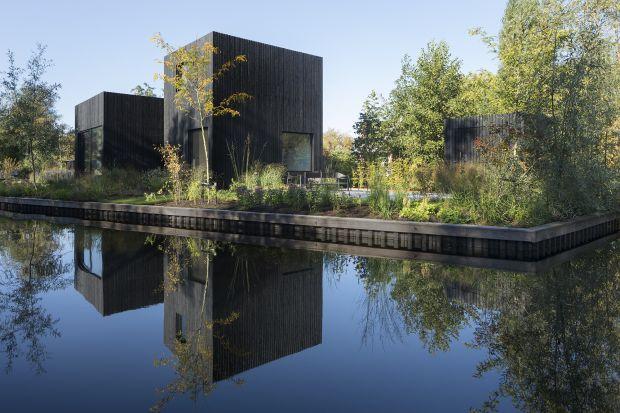 Ten niewielki dom weekendowy, zaprojektowany w bardzo nowoczesnym stylu, daje poczucieluksusowej przestrzeni,a jednocześnie zapewnia świetny widok na otaczającą przyrodę.