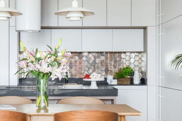 Płytki ceramiczne to najchętniej wybierany materiał na ściany w kuchni. Jednak bardziej odważnie sięgamy też po inne materiały. Szkło, panele, a nawet spieki kwarcowe coraz częściej goszczą na ścianie nad blatem.<br /><br />