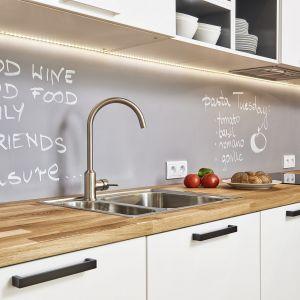 Farba tablicowa magnetyczna na ścianie nad blatem w kuchni. Projekt i zdjęcia Katarzyna Kiełek, Agnieszka Różycka-Komorowska