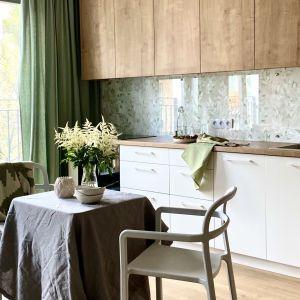 Ścianę nad blatem zdobi tapeta zabezpieczona szkłem. Projekt Zuzanna Kuc, pracownia ZU Projektuje