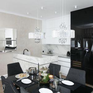 Mała kuchnia została urządzona w duecie bieli i czerni. Projekt: Karolina Łuczyńska. Fot. Bartosz Jarosz