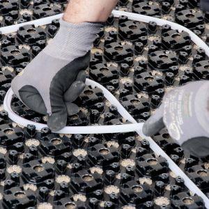 Niewielka wysokość systemów ogrzewania podłogowego umożliwia instalację nawet przy dużych ograniczeniach. Fot. Uponor