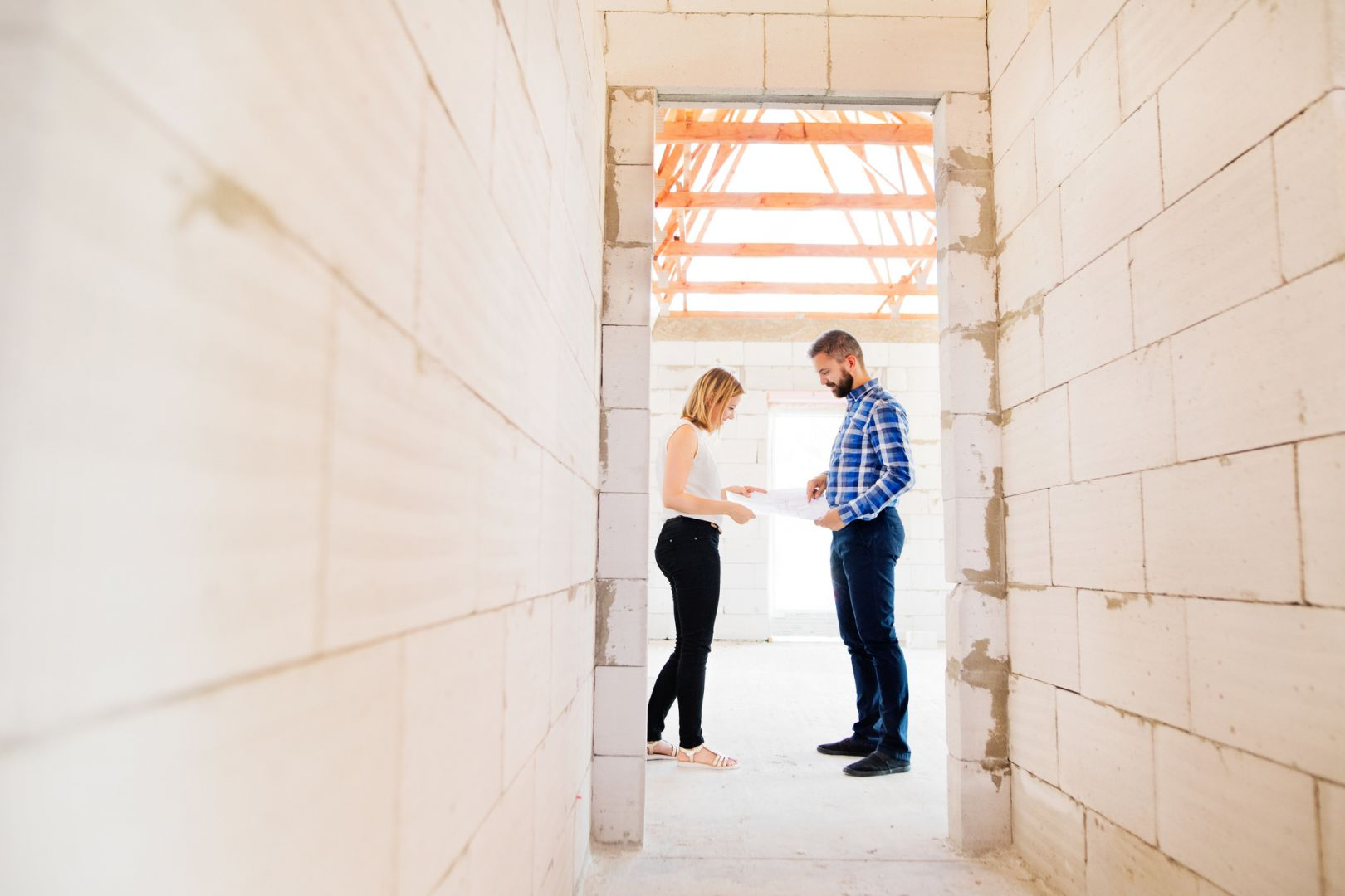 Każdy dom wymaga indywidualnego podejścia i dedykowanego, przemyślanego projektu ogrzewania. Dzięki audytowi będziemy wiedzieli, jakie urządzenie grzewcze wybrać do naszego mieszkania. Fot. Uponor