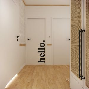 W przedpokoju stanęła szafa z frontami z trzciny we wzór plecionki wiedeńskiej. Projekt wnętrza: Weronika Messyasz, Messyasz Design Lab