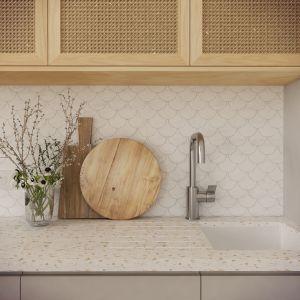 W kuchni uwagę zwracają fronty z plecionki wiedeńskiej wykonane z trzciny. Projekt wnętrza: Weronika Messyasz, Messyasz Design Lab