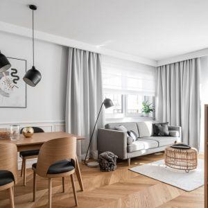 W małym salonie okno zdobią jasne zasłony oraz białe, delikatne rolety. Projekt Anna Maria Sokołowska. Fot. Fotomohito