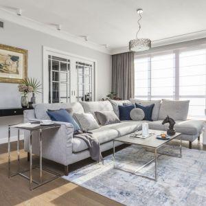 Białe rolety i szare zasłony pięknie zdobią okno w eleganckim salonie. Projekt: Decoroom. Fot.Pion Poziom
