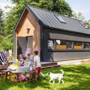 Gotowy dom szkieletowy Sim, powierzchnia zabudowy 35 m2, z możliwością powiększenia o taras 12 m2. Podwójna wysokość części dziennej pozwala zrekompensować ograniczenie powierzchni. Projekt: Simple House
