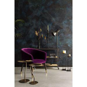 Stolik Leela od Dutchbone wykonany jest z pokrytego mosiądzem aluminium, ma blat przypominający liść i nogę wygiętą w kształt szypułki. Fot. Dutchhouse