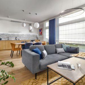 Do podziału możemy wykorzystać również sofę, która oprócz swojej pierwotnej funkcji będzie skutecznie oddzielać kuchnię od salonu. Projekt Anna Maria Sokołowska. Fot. Fotomohito