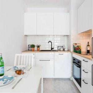 Bardzo mała kuchnia w białym kolorze z jadalnią. Projekt i zdjęcia: Deer Design