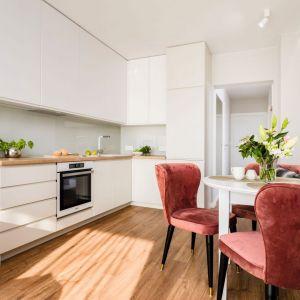 Mała kuchnia z jadalnią w białym kolorze. Projekt: Joanna Nawrocka. Fot. Łukasz Bera